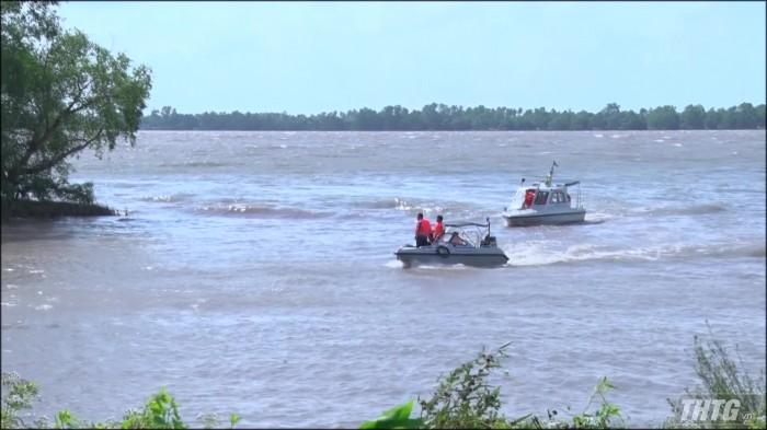 Chìm sà lan trên sông Tiền 03 người mất tích