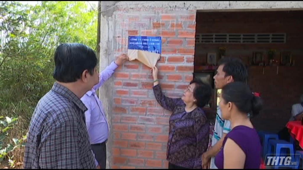 """Bà Nguyễn Thị Hoài Thu trao nhà """"Đại đoàn kết"""" cho hộ nghèo"""