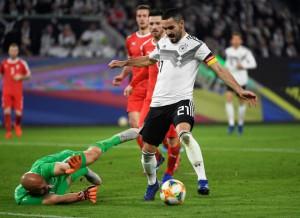 """""""Xe tăng"""" Đức suýt tuột xích trước Serbia trên sân nhà"""