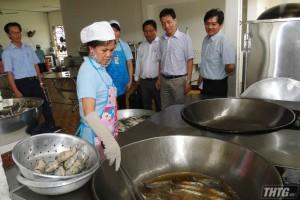 Kiểm tra đột xuất vệ sinh an toàn thực phẩm tại bếp ăn tập thể