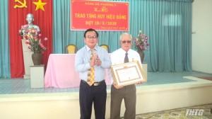 Phó Bí thư Tỉnh ủy Tiền Giang trao Huy hiệu Đảng tại phường 5, Tp. Mỹ Tho