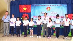 Trao học bổng Doremon cho học sinh nghèo