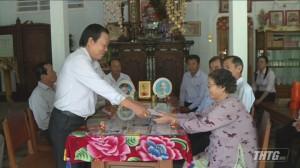 Ông Nguyễn Ngọc Trầm thăm và tặng quà gia đình chính sách huyện Tân Phú Đông