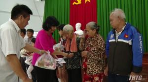 Hội bảo trợ bệnh nhân nghèo tặng quà tại Tân Phước