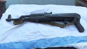 Giao nộp súng AK do người dân phát hiện