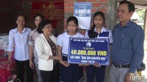 Chợ Gạo trao tặng mái ấm khuyến học cho gia đình học sinh nghèo
