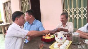 Đoàn ĐBQH đơn vị tỉnh Tiền Giang tặng quà gia đình chính sách xã Thới Sơn