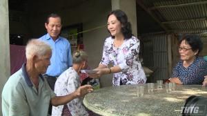 Lãnh đạo HĐND tỉnh Tiền Giang thăm tặng quà gia đình chính sách