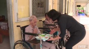 Ấm lòng bữa cơm từ thiện tại Trung tâm công tác xã hội Tiền Giang