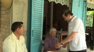 Chủ tịch UBND tỉnh Tiền Giang thăm và tặng quà gia đình chính sách