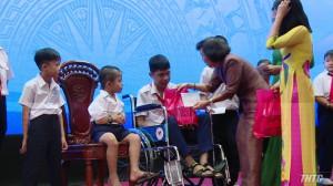 Trao học bổng cho 417 học sinh khuyết tật, mồ côi