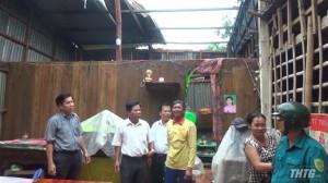 Cái Bè thăm và tặng quà gia đình bị thiệt hại do lốc xoáy
