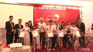 Prudential trao tặng xe đạp cho học sinh nghèo hiếu học