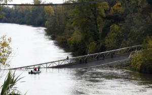 Sập cầu treo tại Pháp có thể do xe quá trọng tải chạy qua