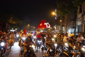 Người hâm mộ Tp. Mỹ Tho xuống đường ăn mừng chiến thắng của đội tuyển bóng đá Việt Nam trước UAE