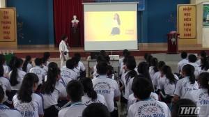Tặng quà cho học sinh nghèo trường THPT Vĩnh Bình