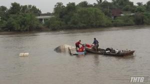 Chìm tàu sau va chạm giao thông với sà lan trên kênh Chợ Gạo