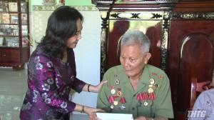 Bà Nguyễn Thị Sáng tặng quà hội viên Cựu chiến binh huyện Gò Công Đông