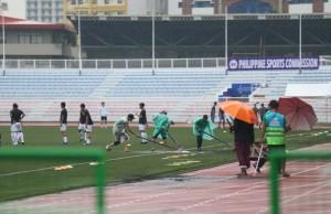 BTC SEA Games cào nước đọng ở sân Rizal, không hoãn trận U22 Việt Nam – Singapore