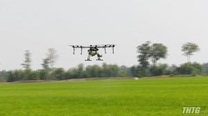 Cai Lậy trình diễn phun thuốc bảo vệ thực vật bằng máy bay