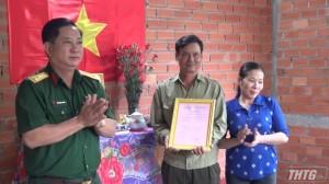 Đại tá Châu Hoàng Phương trao tặng nhà tình đồng đội