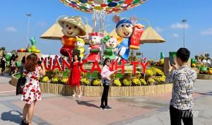 Người dân thích thú với không gian đầy màu sắc tại đường hoa Hùng Vương