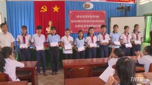 Quỹ Bảo trợ trẻ em Tiền Giang tặng 200 suất học bổng cho học sinh dịp Tết