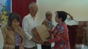 Bà Trương Thị Hiền trao 600 phần quà tết cho hộ nghèo