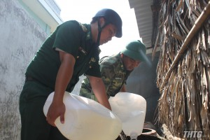 Bộ đội Biên phòng Tiền Giang vận chuyển nước sinh hoạt cho người dân khu vực biên giới biển