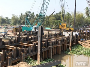 Hợp long đập thép ngăn mặn, trữ ngọt trên kênh Nguyến Tấn Thành