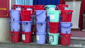 Trao tặng bộ lọc nước cho hộ nghèo