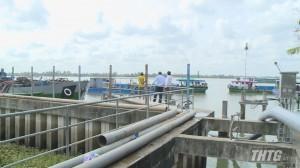 Tiền Giang sử dụng sà lan vận chuyển nước ngọt cung cấp cho nhà máy nước