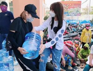 Diễn viên Hari Won tham gia phát nước ngọt cho người dân huyện Gò Công Đông