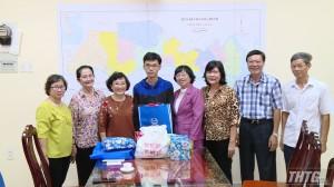 Hội Khuyến học Tiền Giang thăm và tặng quà cho gia đình sinh viên bị tai nạn