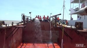 Hải quân Vùng 2 cung cấp nước ngọt cho nhân dân các xã ven biển huyện Gò Công Đông