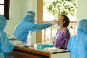 Tiền Giang lấy mẫu xét nghiệm SARS-CoV-2 cho những người cách ly tại Trường Quân sự tỉnh