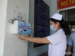 Trường Đại học Tiền Giang tặng máy rửa tay sát khuẩn tự động cho Bệnh viện Đa khoa Trung tâm Tiền Giang