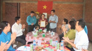 Bàn giao Mái ấm Công đoàn cho công đoàn viên Châu Thị Lan