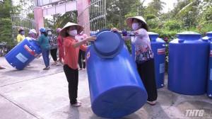 Trao 46 bồn chứa nước cho hội viên, phụ nữ huyện Cai Lậy