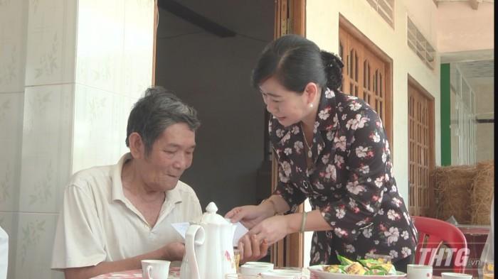 Ba Phuong tang qua 1