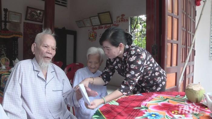 Ba Phuong tang qua 2