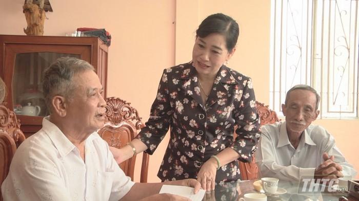 Ba Phuong tang qua 3