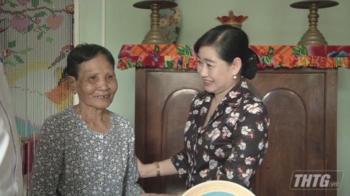 Ba Phuong tang qua