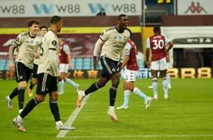 """Trọng tài """"tặng"""" phạt đền, Man United lập kỷ lục Ngoại hạng Anh"""