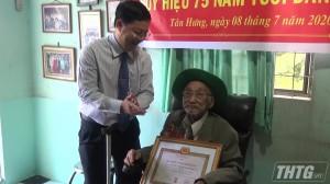Bí thư huyện ủy Cái Bè trao Huy hiệu 75 năm tuổi Đảng cho đảng viên