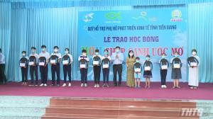 Quỹ MOM trao tặng học bổng cho học sinh nghèo học giỏi