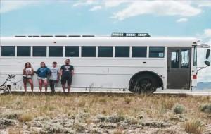 Cuộc sống thú vị của gia đình biến xe buýt thành nhà để đi du lịch