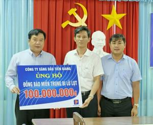 Công ty Xăng dầu Tiền Giang và Điện lực Tiền Giang quyên góp ủng hộ đồng bào miền Trung