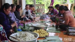 Nấu bánh Tét chia sẻ khó khăn với đồng bào miền Trung
