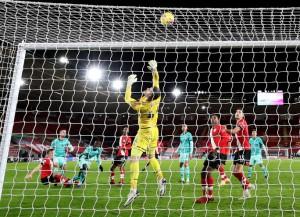 Bại trận vì cố nhân, Liverpool lung lay ngôi đầu
